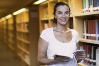 Attraktive Frau in der Bibliothek