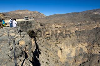 Touristen blicken in das Grand Canyon von Oman