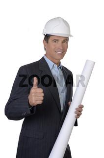 Architekt mit Helm und Plan hält Daumen hoch