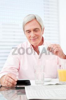Senior schaut auf Smartphone