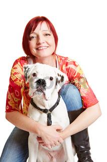 Heitere Frau hält jungen Boxer Hund