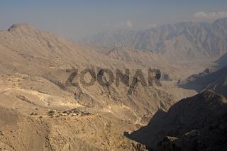 Wüstenartige Gebirgslandschaft mit Siedlung auf der Halbinsel Musandam