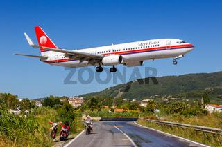 Meridiana Boeing 737-800 Flugzeug Flughafen Skiathos in Griechenland