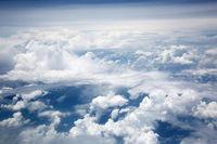 Blick von oben auf Haufenwolken über Borneo
