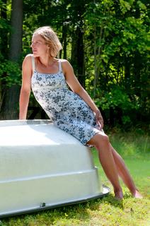 Attraktive Frau auf Boot sitzend