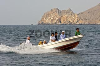 Omanische Familie auf einem Ausflug in einem Motorboot auf dem Persischen Golf