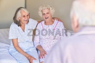 Zwei Senior Frauen als beste Freundinnen auf dem Bett