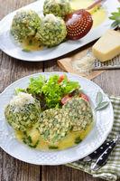 Südtiroler Spinatknödel mit Salat