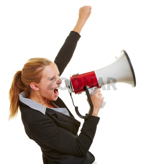 Geschäftsfrau protestiert mit Megafon