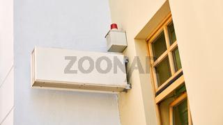 Alarmanlage mit Schild Mock-Up Template vor Büro