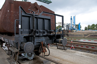 Offener Kübelwagen Typ Fzz, zweiachsiger Tragwagen mit drei Brikettkübeln, dient zur Beförderung von Braunkohlebriketts, Umschlagsterminal Westkai, Köln-Niehl, Nordrhein-Westfalen, Deutschland, Europa
