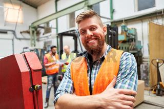 Junger Mann als Lagerarbeiter oder Metallarbeiter