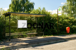 Bushaltestelle mit Mock-Up Template für Anzeigetafel