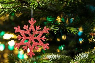 Rote Schneeflocke als Weihnachtsbaumdekoration