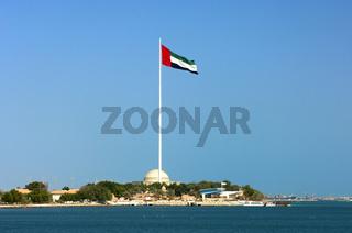 Flaggenmast mit der Nationalflagge von Abu Dhabi