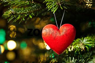 Rotes Herz als Weihnachtsbaumdekoration