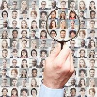 Portrait Collage mit Geschäftsleuten wird von Hand mit Lupe durchsucht