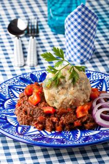 Gulasch mit Knödel auf einem Teller