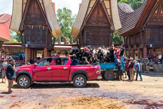 Start der Beerdigung nach den Festlichkeiten in Tana Toraja auf Sulawesi