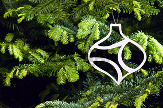 Weiße Weihnachtsbaumdekoration in Form einer Kugel