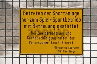 Hinweisschild an einer Sportanlage