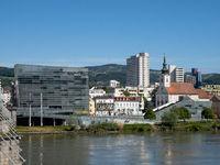 Ars Electronica Center und Stadtpfarrkirche von Urfahr - Linz