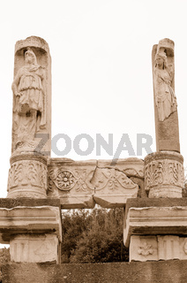 Statuen am Domitan Tempel  Ephesus
