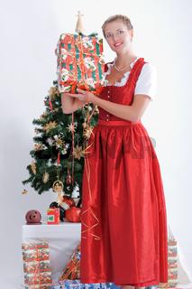Junge Frau in Tracht an Weihnachten