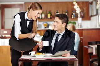 Mann im Café flirtet mit Kellnerin