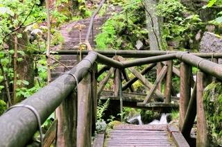 über Brücken Wasser und Treppen