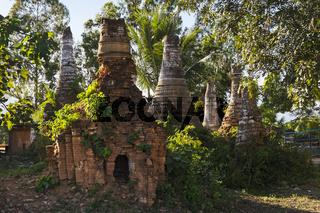 Verfallene Stupas in Nyaung Shwe am Inle See, Myanmar, Asien