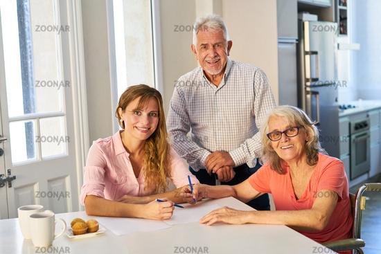 Frau bei Beratung von Senioren zu Vorsorge und Versicherung