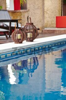 Pool mit blauen Wasser in einem Hotel