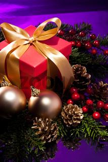 Schön verpacktes Geschenk in weihnachtlichem Rahmen