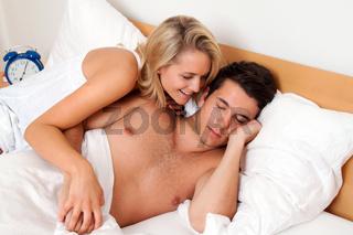 Paar hat Spass im Bett. Lachen, Freude