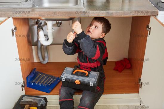 Kind als Heimwerker mit Werkzeugkasten