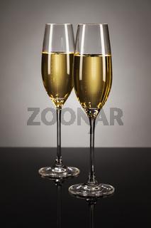 zwei gläser mit sekt