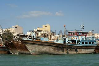 Hölzerne Dhau-Handelsschiffe ankern am Deira Ufer des Dubai Creeks