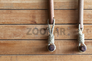 Holzverkleidung mit Rollohalterungen