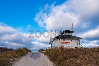 Wasserrettungsstation an der Küste der Ostsee in Ahrenshoop auf dem Fischland-Darß