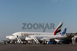 Airbus A380 der Emirates und Airbus A320