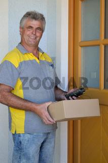 Paketzusteller liefert Paket ins Haus