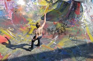 Elfjähriger Skater, Bowl in einer Skateboardbahn, Bowl, Brüssel, Belgien, Europa