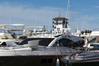 Yachten vor dem Wahrzeichen von Puerto Portals