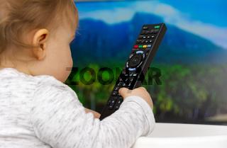 Kleinkind schaut fern