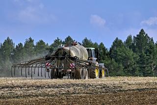 Landwirt düngt sein Feld.