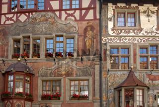 Fassadenmalerei an Häusern am Rathausplatz in der Altstadt