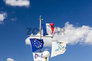 Fahnenmast im Hafen Gruissan