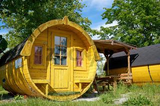 Schlaffass aus Holz zur Übernachtung auf einem Campingplatz