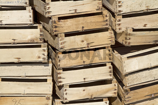 Holzkisten gestapelt